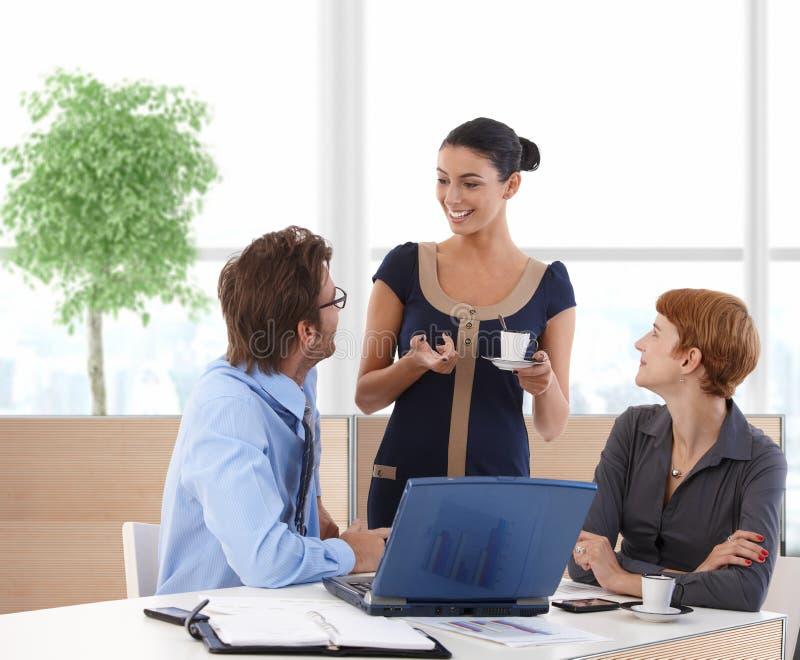 买卖人谈话在企业大厅里 免版税图库摄影