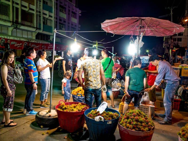 买卖在新鲜水果市场上的亚裔人民 库存图片