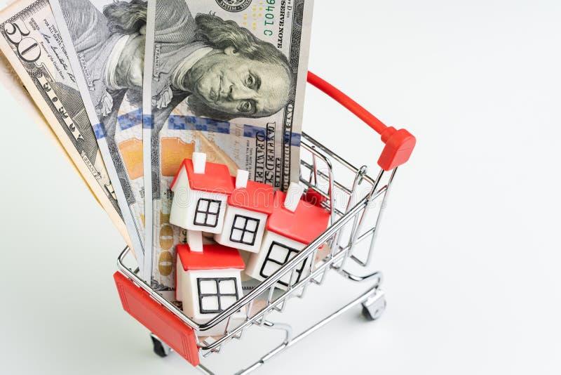 买卖房子、购买概念、手推车或者台车以有很多的物产需求或者不动产小逗人喜爱 库存照片