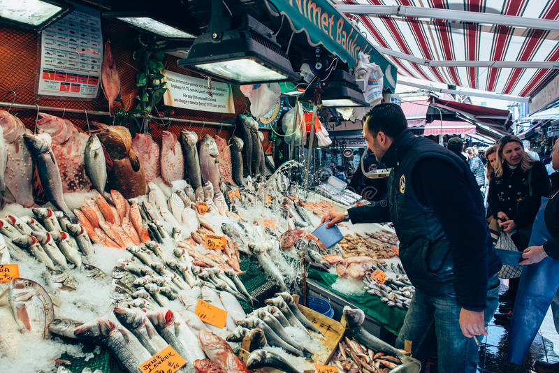 买在市场上的人们鲜鱼在Kadıkoy 库存照片