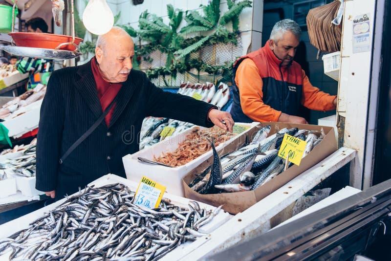 买在市场上的人们鲜鱼在Kadıkoy 免版税库存照片