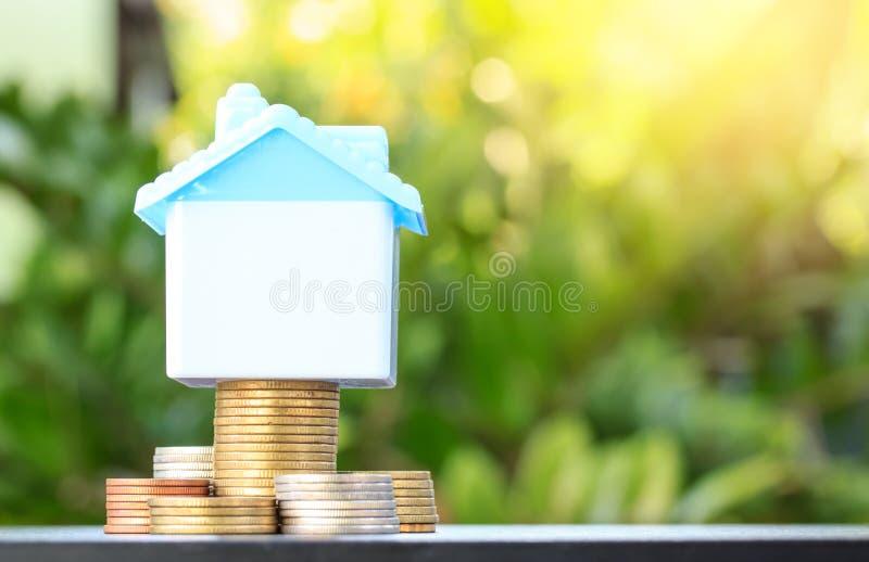 买堆积生长的硬币的房子的挽救,黄色口气, savi 免版税库存图片