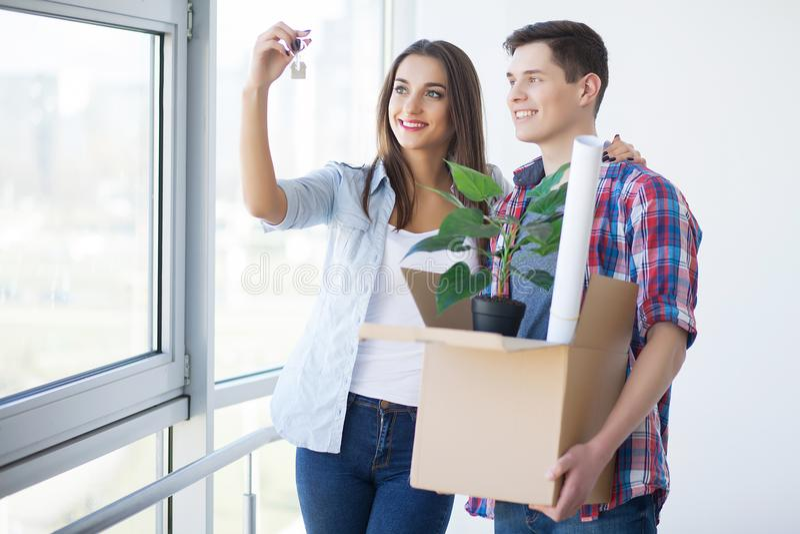 买房地产的愉快的年轻夫妇 免版税图库摄影