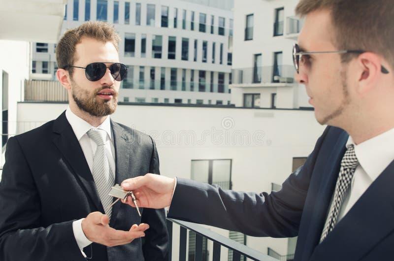 买新的公寓的年轻商人投资者 免版税库存图片