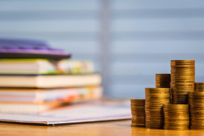 买新的家或房地产与金钱 免版税库存照片
