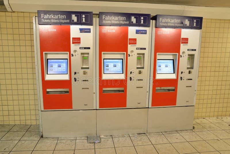 买的车票铁路自动机器 免版税库存照片