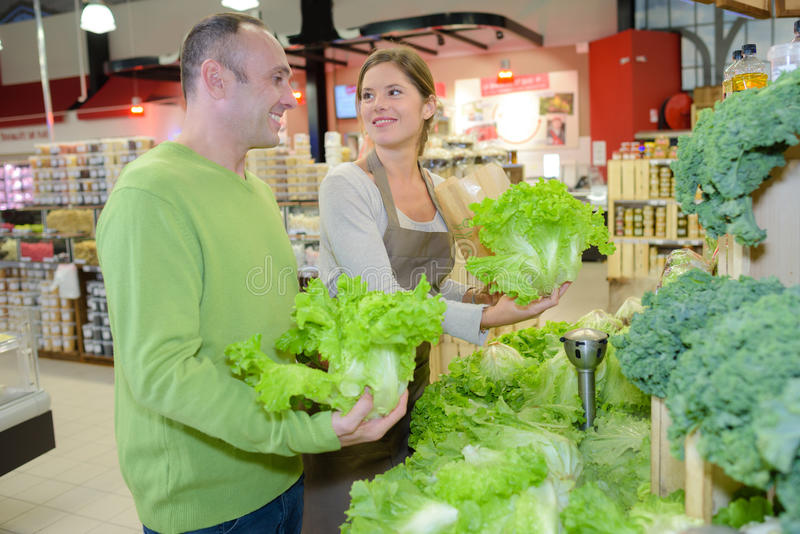 买的莴苣在超级市场 免版税库存图片