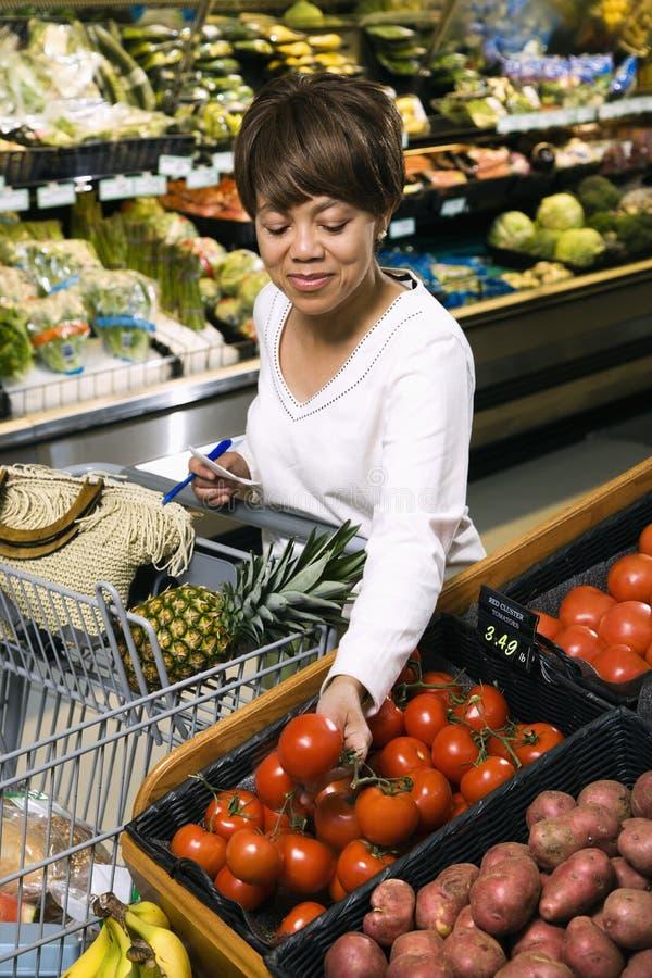 买菜妇女 免版税图库摄影