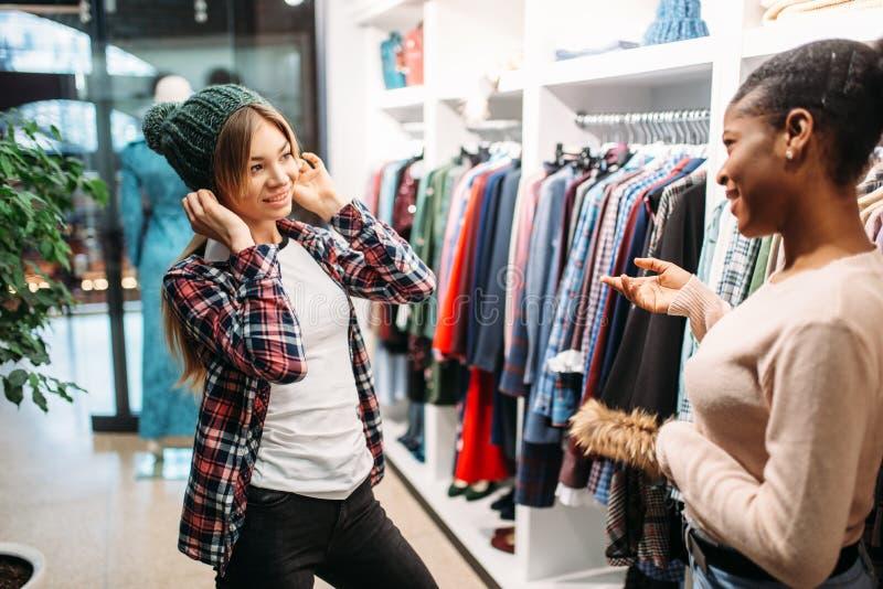 买衣裳的两位女性在商店,购物 库存照片