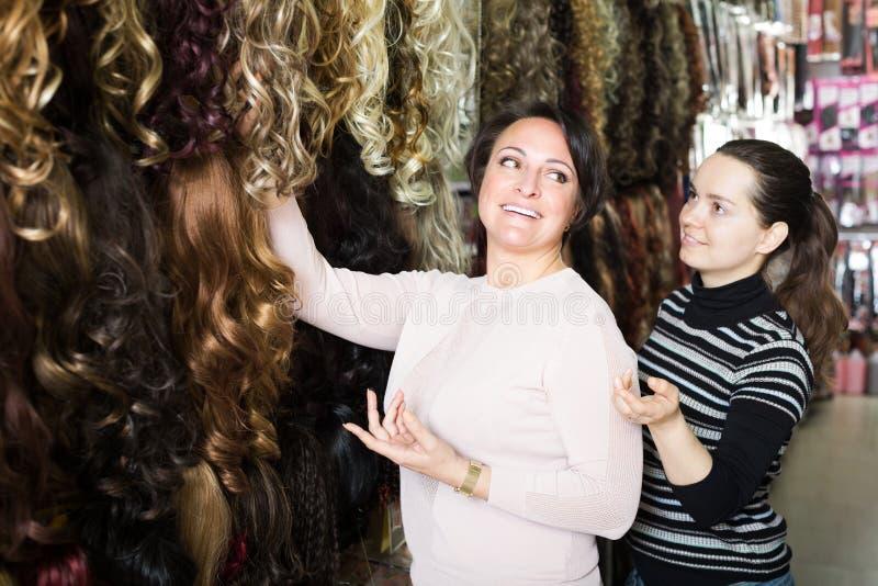 购买头发引伸的两名顾客 免版税库存图片