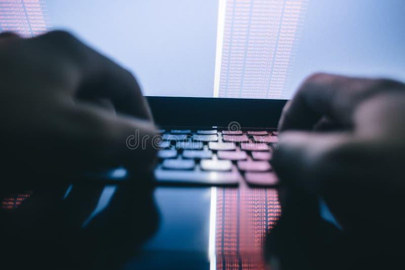 乱砍在黑暗的发展的俄国黑客服务器, 图库摄影