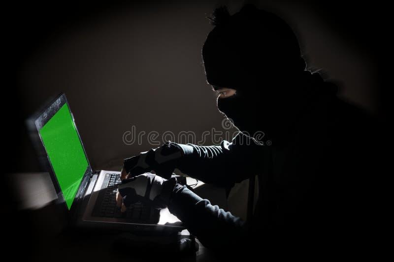 乱砍计算机的强盗人 免版税图库摄影