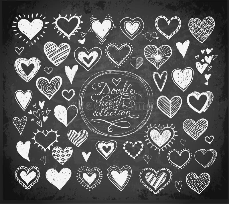 乱画剪影心脏的汇集手拉与在黑板背景的墨水 向量例证