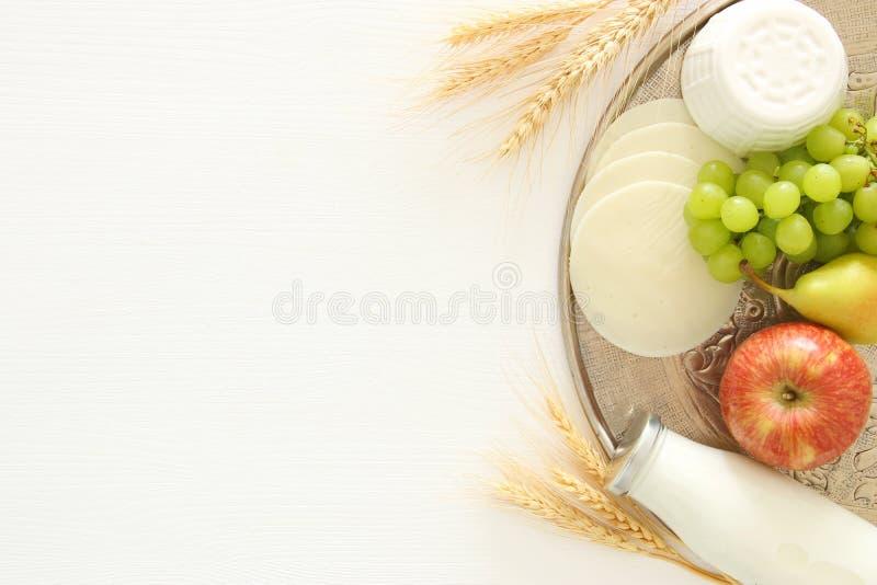 乳制品和果子的顶视图图象在木背景 犹太假日- Shavuot的标志 库存照片