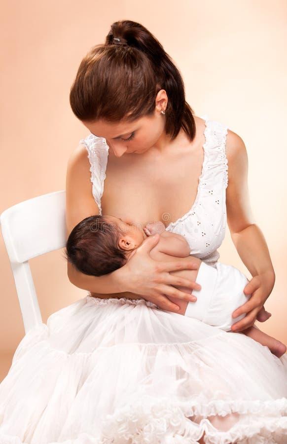乳房喂小孩她的母亲 库存照片