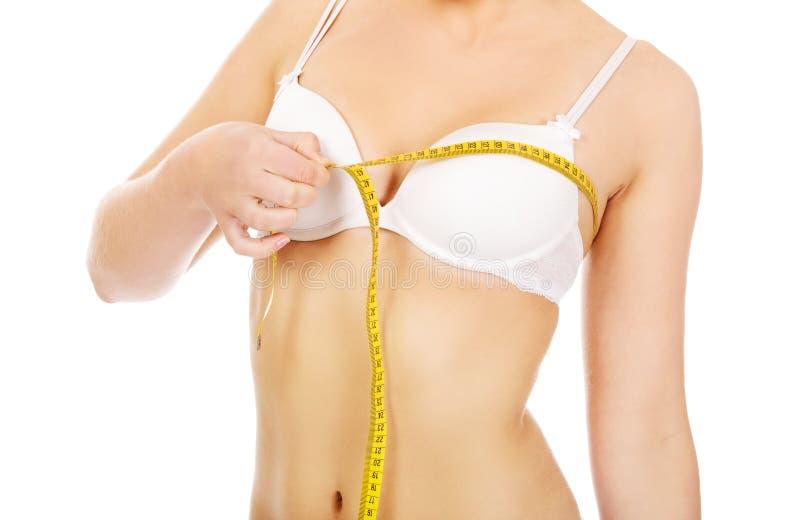 乳房她评定的妇女年轻人 图库摄影