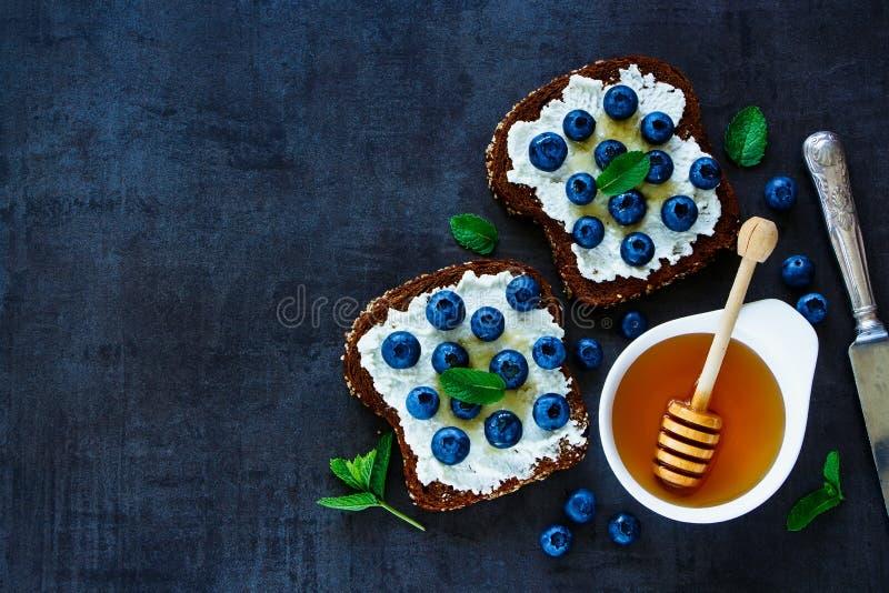 乳清干酪、蓝莓和蜂蜜三明治 免版税库存图片