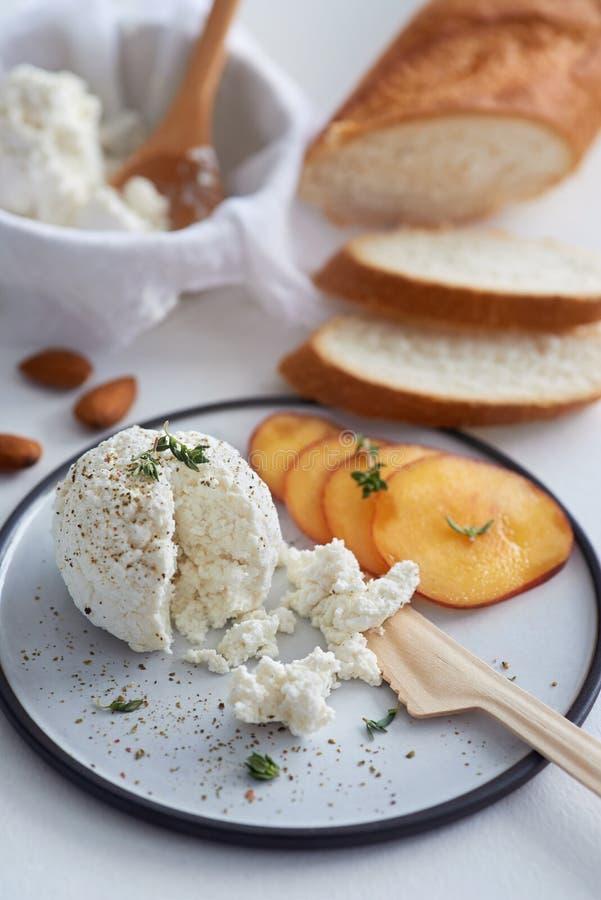 乳清干酪乳酪用果子和面包 库存图片