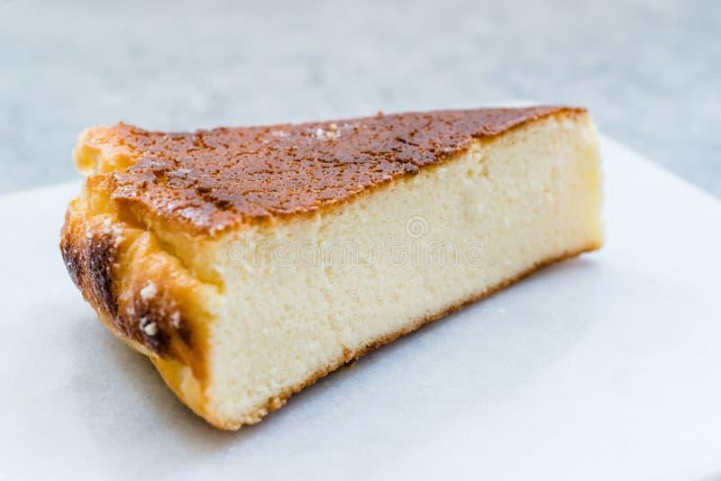 乳清干酪乳酪蛋糕切片接近宏观看法 免版税库存图片