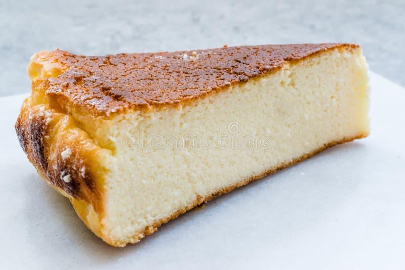 乳清干酪乳酪蛋糕切片接近宏观看法 免版税库存照片