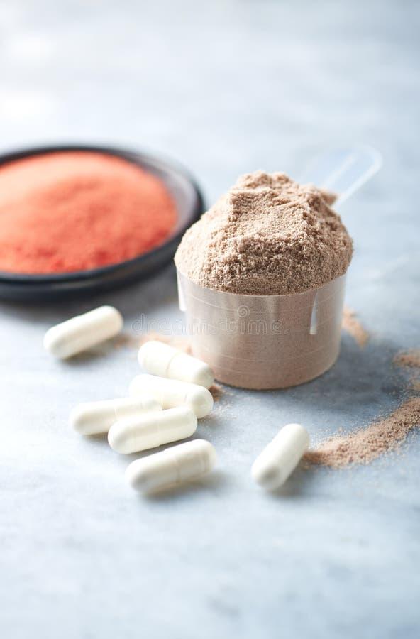 乳清蛋白、Beta胺基代丙酸胶囊和肌酸粉末瓢  体育营养 库存图片
