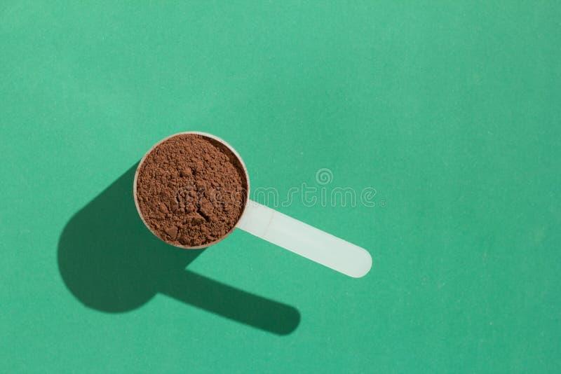 乳清蛋白 最小的概念和坚硬光 有chocola的瓢 免版税库存照片