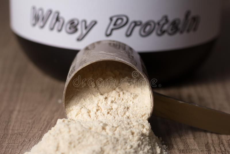 乳清蛋白 有香草粉末味道的被投下的瓢 木 库存照片