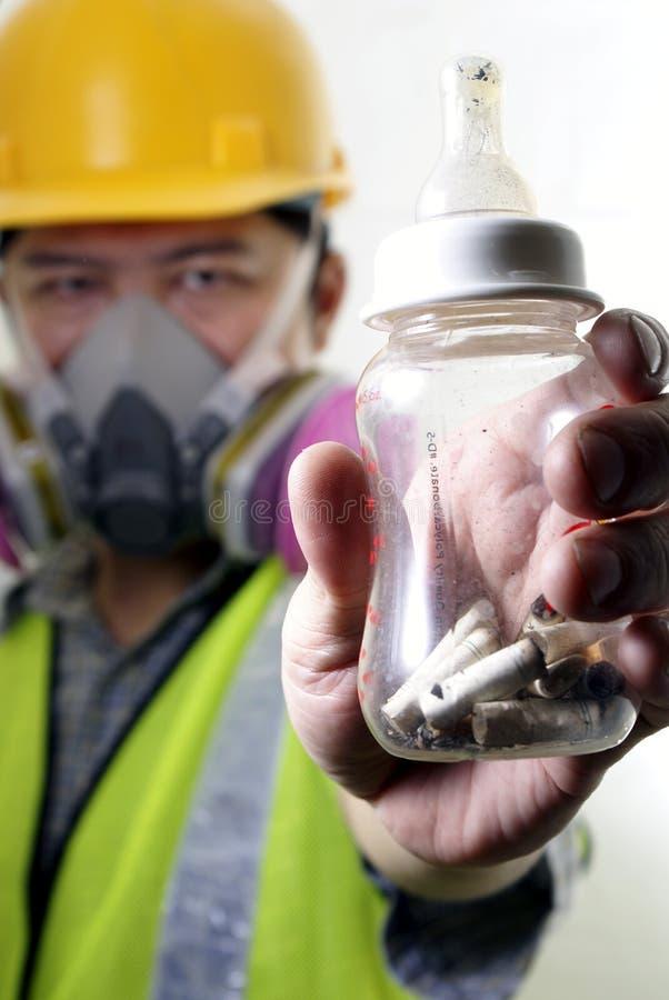 乳瓶坏的被拿着的工作者 免版税库存照片