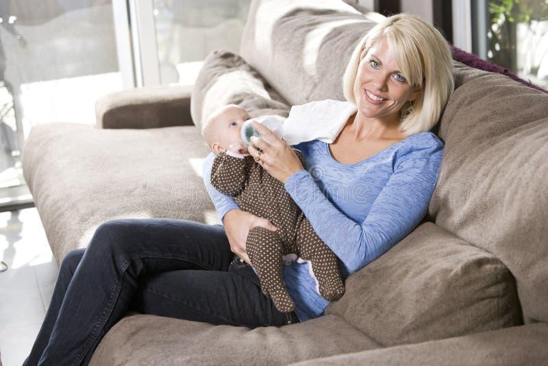 乳瓶长沙发提供的家庭妈妈 库存图片