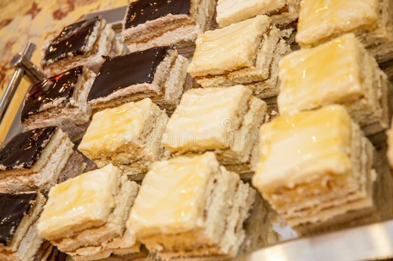 乳脂状和巧克力蛋糕盘子  免版税库存图片