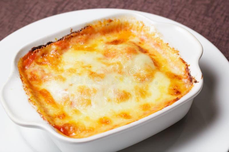 乳脂状的意大利细面条 面团用火腿和巴马干酪 库存图片