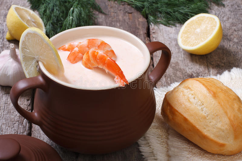 乳脂状的汤用虾和柠檬在罐 库存图片