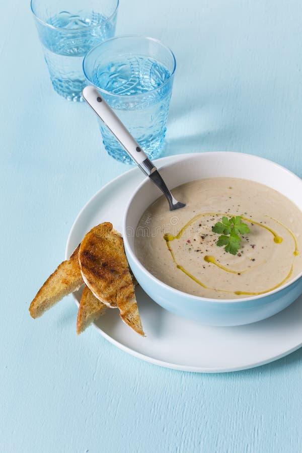 乳脂状的花椰菜汤用敬酒的面包 免版税库存照片