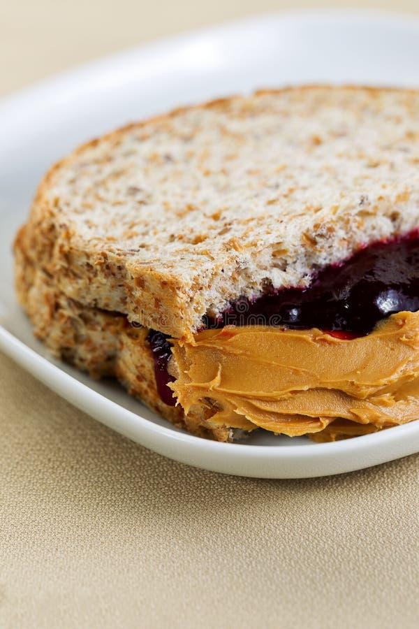 乳脂状的花生酱和果冻三明治 免版税库存照片
