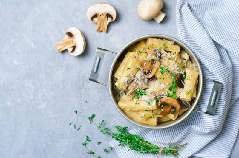 乳脂状的蘑菇面团用新鲜的麝香草和巴马干酪,意大利烹调 免版税库存图片