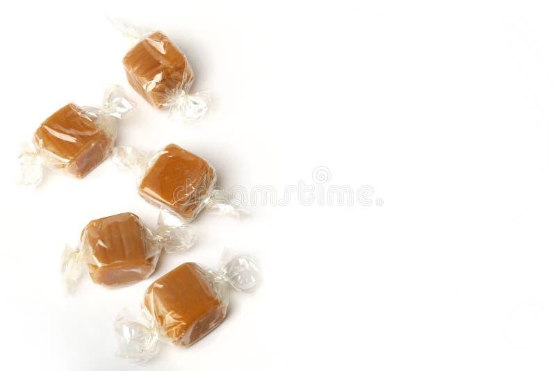 乳脂软糖被包裹的片断在白色背景的 库存图片