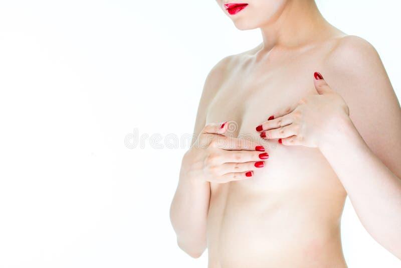 乳腺癌了悟,标志canc的年轻女性检查乳房 库存照片