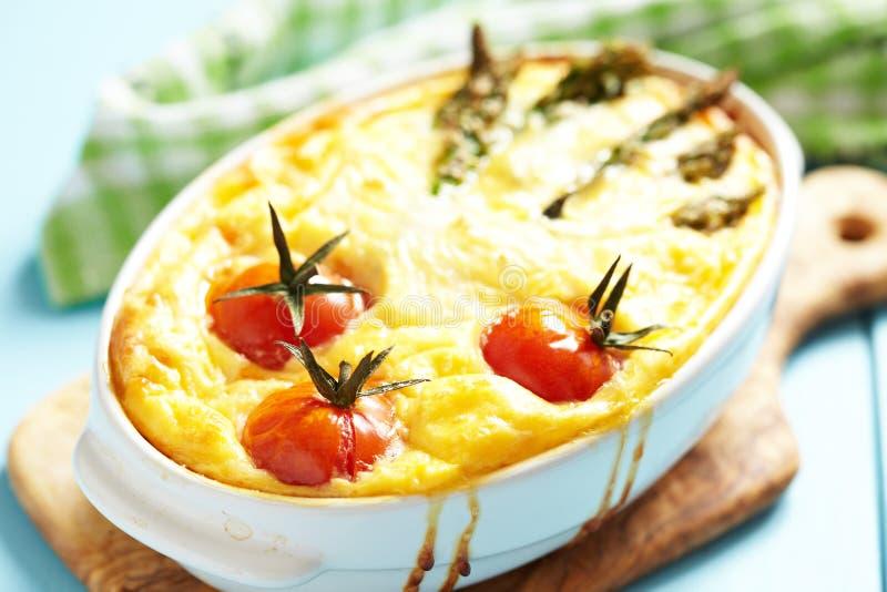 乳蛋饼用芦笋和蕃茄 免版税库存图片