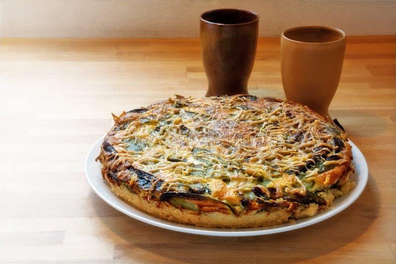 乳蛋饼用菠菜和菜在木头 免版税图库摄影