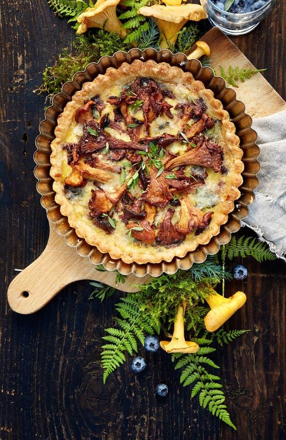 乳蛋饼用黄蘑菇蘑菇和新鲜美味 免版税库存照片