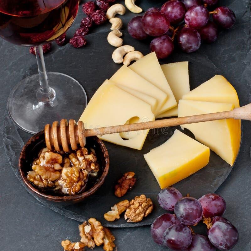 乳酪、葡萄和酒杯 免版税库存图片