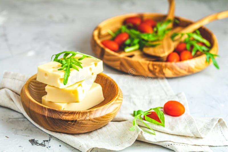 乳酪、蕃茄和芝麻菜在木板材 免版税库存图片