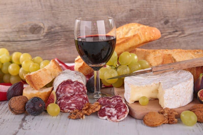 乳酪、酒、蒜味咸腊肠和面包 库存图片