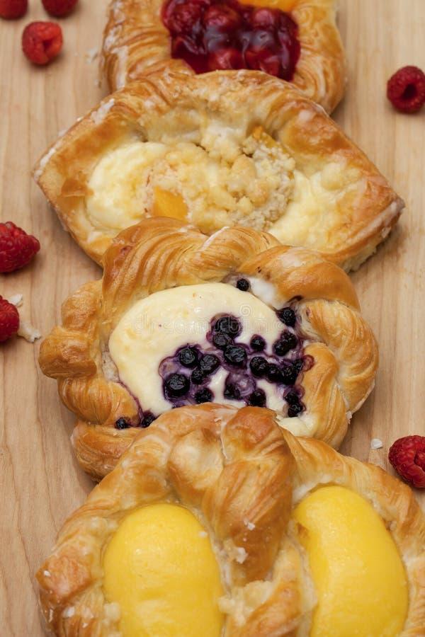 乳酪丹麦人油酥点心的分类用黑莓、香草乳蛋糕、樱桃果酱和新鲜的莓 免版税图库摄影