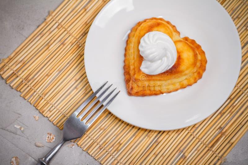 乳酪凝乳盘早餐-甜酸奶干酪薄煎饼 免版税库存图片