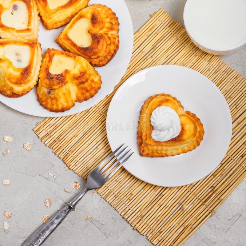 乳酪凝乳盘早餐-甜酸奶干酪薄煎饼 库存图片