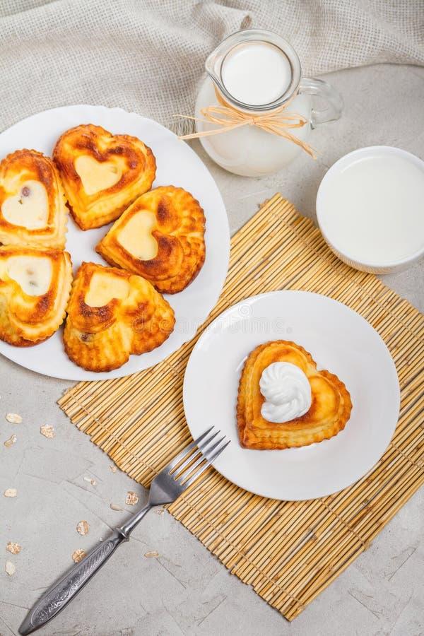乳酪凝乳盘早餐-甜酸奶干酪薄煎饼 免版税库存照片