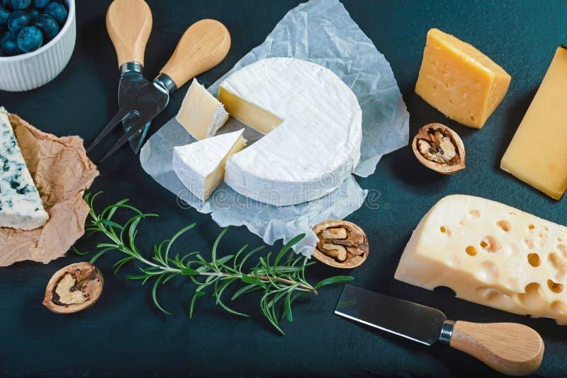 乳酪分类品尝盘用草本和果子在老木桌上 酒的食物和浪漫,乳酪熟食 菜单de 库存照片