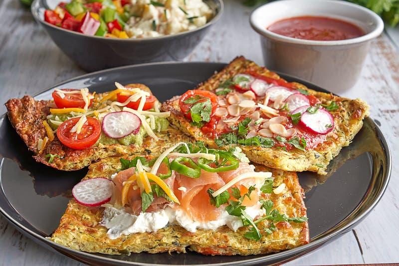 乳酪和夏南瓜玉米粉薄烙饼,熏制鲑鱼,萝卜,西红柿,鲕梨奶油,奶油奶酪,与蓬蒿,同水准的蕃茄奶油 库存照片