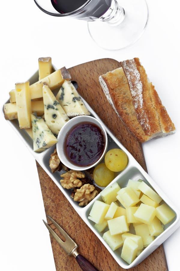 乳酪和果子板材在桌上 库存照片